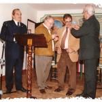 Insignia a Antonio Mancilla, entregan Francisco Heras y Braulio López.  El primero por la izquierda Francisco Villalta.