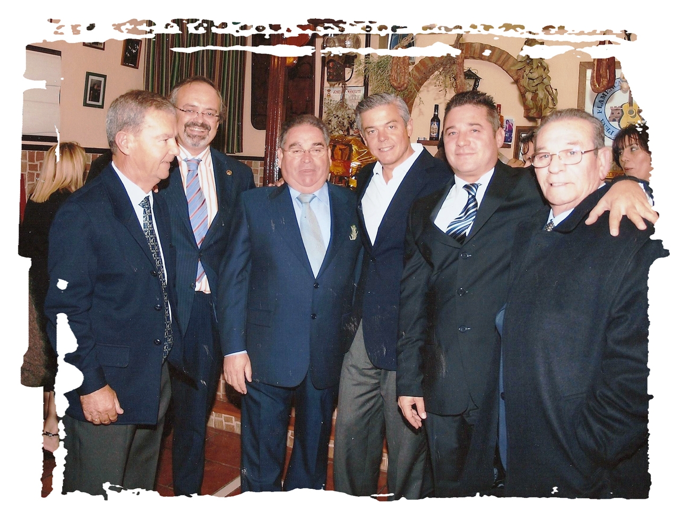 Enrique Morales, 2º por la izquierda y German Domínguez, 2º por la derecha. Entre ellos y de izquierda a derecha, Juan García Santana, Antonio Ruíz Galan, Juan Carlos Juárez  y Manuel Domínguez.